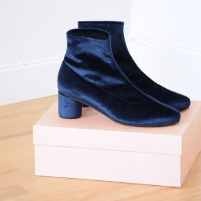 Helt nye og ubrugte støvler fra Stine Goya i flot mørkeblå velour.