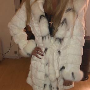 Lækker vinter frakke. Str 38. Kommer fra ikke ryger hjem. Kun brugt 2 gange. Ser fuldstændig ny ud. Ny pris 10.000