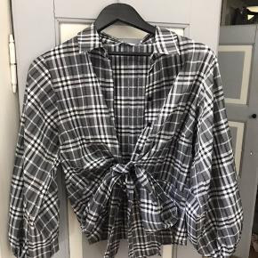Skjorte fra Envii som bindes ved maven i str S