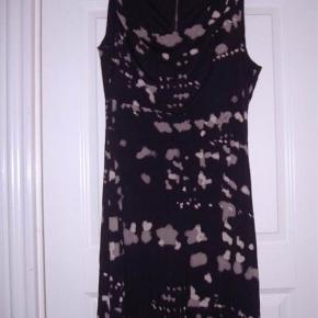 Sandwich kjole str. M. Farven er sort med mønster i lys nougat og nougat. Str. M  Byd :-)