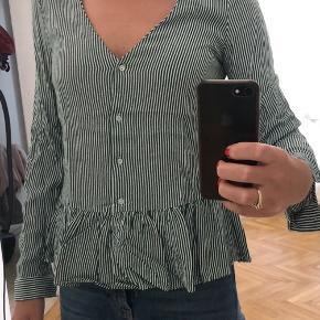 Varetype: Langærmet Farve: Grøn  Helt ny skjorte med grønne striber fra Zara. Aldrig brugt - kun vasket.   Kan sendes hvis køber betaler porto.  Bytter ikke.