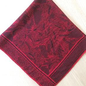 Fint silketørklæde fra Jaeger. Måler 80cm X 80 cm.