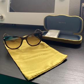 Gucci solbriller sælges. Modellen hedder GG 3771/S.  Brugt få gange og har ingen ridser. Etui og kvittering haves.  Nypris: 2700 kr. FAST PRIS: 1400 kr. + porto Frabeder mig bud under. Bytter ikke.