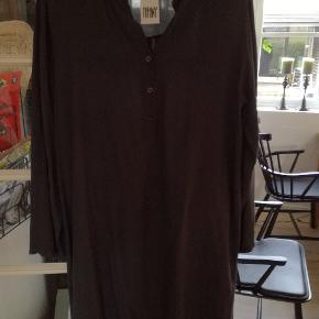 Lækker kjole i blød crepe materiale. Købt i Kvickly, aldrig brugt. Kan bruges med eller uden bælte