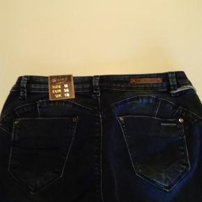 Toxik3 jeans til kvinder. Mørkeblå str 38 medium Benlængde fra taljen 95 cm. Nye og ubrugte med prismærke sælges fra et restparti. Normal pris 299:- Sælges for kun 98:-