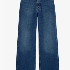 """Yoko mid waist denim jeans i str 28. Sælger da jeg ikke får dem brugt længere, men de er brugte, og derfor sælges de billigere end andre par her på Trendsales :)  Der er et lille """"hul"""" ved lynlåsen (se billede) men det var sådan da jeg købte dem fra Monki.   Tjek min shop ud! 💖"""