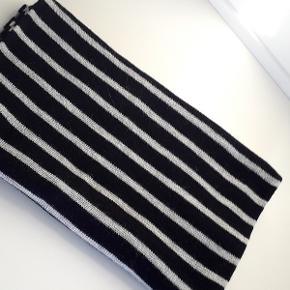 Beskrivelse Halstørklæde fra Magasin du Nord Collection i en blød kvalitet. Halstørklædet er enkelt i modellen med en fin glatstrikket struktur.  Halstørklædet er kan bruges både af kvinder og mænd( unisex) Farve Marineblå/Lysgrå stribet. Længe 196 cm Bredde 42 cm 50% Uld - 50% akryl Har taget prismærke af, men aldrig brugt tørklædet. NYPRIS KR. 349,00  Mere om Magasin du Nord Collection • Magasin eget mærke • Designet i København • Luksus kvaliteter til gode priser • Komfortabelt design • Fokus på bæredygtige materialer  TJEK MINE ANDRE ANNONCER, HAR MANGE FINE TING.