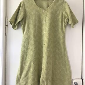 Flot vintage kjole med knapper hele vejen igennem. Farven er en lys sart grøn. Materialet må være bomuld. Længde: 85 cm, bryst: 2*50 cm, talje: 2*50 cm