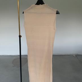 Der forekommer små fejl rundt omkring på kjole