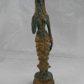 Brand: Bronze Varetype: Stor Kvinde Figur 31 cm Størrelse: 31 Farve: Diverse  Flot stor bronzefigur af en kvinde med blomst.  Figuren måler 31 cm i højden og vejer 1140 gram.  Flot stand uden skader. Se billederne.  Kan sendes for 45 kroner.  Fast pris.  Ingen byttehandel tak.