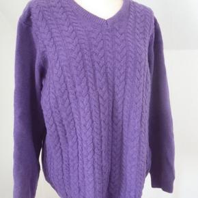 Dejlig sweater i 80%uld og 20%polyamid. Brystvidde 116, længde 70.