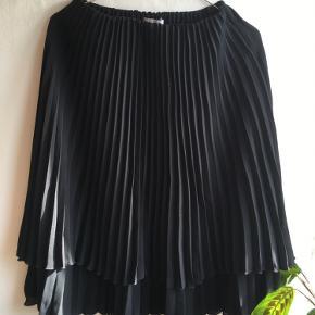 Plisseret nederdel i str. xs. Aldrig brugt, da den blev købt for lille.