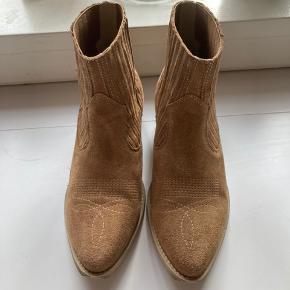 Flotte ruskindstøvler med detaljer på snuden. Sælges da jeg ikke får dem brugt.   Fremstår helt nye! Se billeder.   Kan afhentes i Charlottenlund eller sendes med Dao på købers regning.