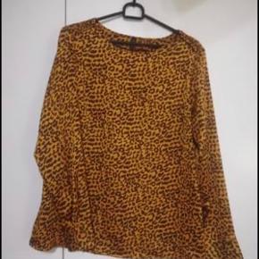 Flot leopard bluse fra yas. Brugt en enkelt gang. Str. medium og lavet i 100% polyester.