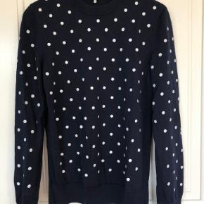 Sweater i økologisk uld med broderede prikker fra arket.  Bytter ikke.