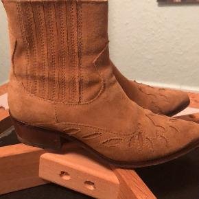 Skønne støvler i ruskind