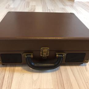 Pladespiller af mærket Groove med indbygget højtaler og genopladeligt batteri. Købt for 800 kr. i 2018.