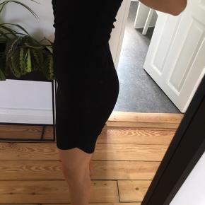 Sort ribkjole fra H&M. Går op i begge sider og har boxer ryg