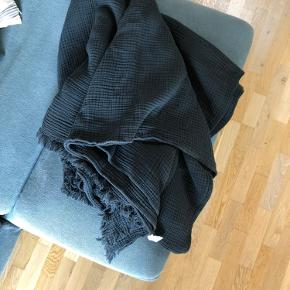 Sengetøjet støvet sort (antrasit) måler 270x270 100% bomuld