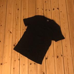 Pæn sort tshirt fra Asos. Stoffet føles vævet og har et svagt mønster. Rigtig god som basis top 🌼