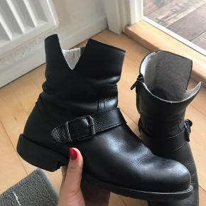 Købt for 1100kr.   Støvlerne her er gode, men brugte. Jeg har dog passet godt på dem, så de fejler intet 🙈  Tag et kig og byd 🌸