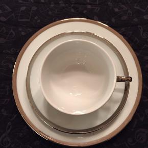Pillivuyt Bistro, hvid med sølvkant. Kaffestel til 12 personer bestående af kagetallerkener, kopper og underkopper. Meget pænt og velholdt. Ny pris ca. 4500kr
