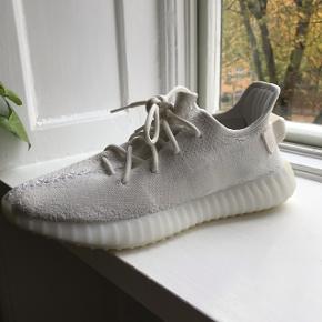 Sælger de her Yeezy tripple whites, som jeg kun har brugt 2 gange så de står næsten som ny.Har alt og Str 43 1/3