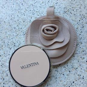 """Brand: Valentina Varetype: Spejl Størrelse: 9 cm Farve: Rosa / beige Oprindelig købspris: 120 kr.  Yndigt taskespejl i """"blomster"""" etui"""