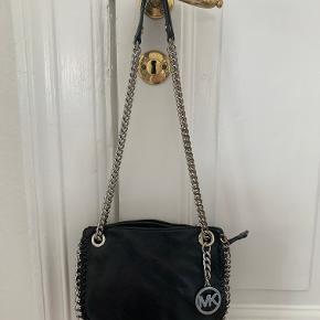 Sælger denne flotte taske fra Michael Kors. Den kan både bruges som skuldertaske og som crossbody. Ingen tegn på slitage, udover at noget af farven nogle steder på kæden er forsvundet lidt. Se billede.