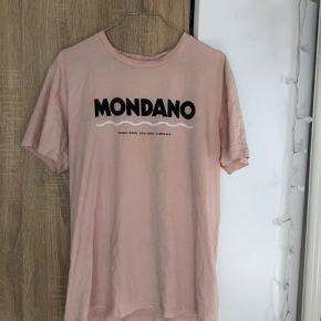 MONDANO tee fra Wood Wood - størrelse M. Kan bruges af både mænd og kvinder. Ser lidt krøllet ud på billedet, men kan lige stryge den inden 🤍🖤