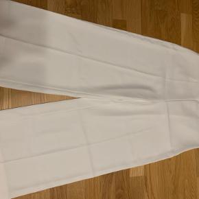 Sælger disse læse Zara bukser, aldrig brugte kun prøvet på. Bukserne er lidt højt tallet, og passer flot med en skjorte som kan stoppes ned i bukserne.
