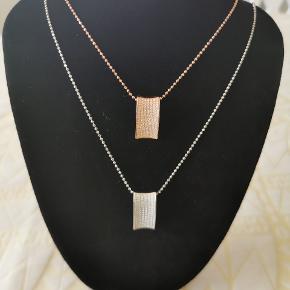 To smukke halskæder fra Sif Jacobs.  1 i rosa fg. Sølv og 1 i lyst sølv. Aldrig brugt og er i perfekt stand. Kæderne måler 90 cm. Ny pris er 1549 kr. Og 1399 kr. Sælges pr. Stk. For 300 kr. Skal afhentes i Odense c nær Albani eller sendes med gls uden omdeling til 39 kr.