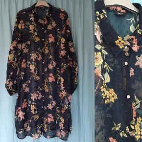 Lang chiffon skjorte, blomstret med navy baggrund, med små metalknapper. Fra Zizzi. Str. ca. 44/XL.   Jeg har den også med sort baggrund - se anden post.
