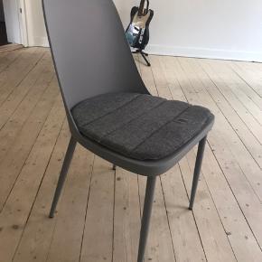 prisen er for 4 spisebordsstole. Købt IDEmøbler . Sælges pga flytning. 4 stk puder til stolene medfølger :-)