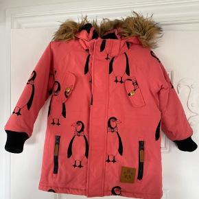 Super cool pink jakke fra Mini Rodini, har nogle sort mærker rundt og omkring, er med på billeder, er værst på huen. Og på bomuld ved ærmet kan stoffet pille lidt, har også taget billede af det