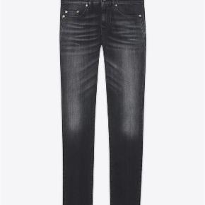Varetype: Darkgrey Skinny Jeans Størrelse: 27/32 Farve: Mørkegrå Oprindelig købspris: 3500 kr. Kvittering haves. Prisen angivet er inklusiv forsendelse.  Mørkegrå Saint Laurent bootcut jeans, model D02.  Størrelse 27 Low wasted skinny fit i mørkegrå stretch denim. Rå syninger som detalje på venstre knæ. Ben åbning 15.5cm.  Brugt få gange og fremstår fuldstændig ubrugt.   Købt i Paris og sælges i perfekt købt stand med original tag samt kopi af kvittering.   Nypris 3.500kr Sælges for 2.100kr inkl forsendelse.