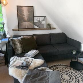 Super fin mørke-grå sofa, til salg på grund af flytning ✨🤗  Hvor den er fra, er jeg lidt i tvivl om, da jeg købte den for 3 år siden, men jeg mindes den er fra enten Ilva eller My Home 😌🌿  Byd endelig! 🤞🏼  Kan hentes i Svenstrup J 🕊