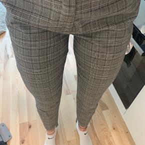 Second Female habit bukser i tern. Mega fede bukser med nice fit og en assymetrisk hem.   Jeg er 1.72 og vejer 65 kg. Bruger normalt small/medium. *dette item kan benyttes i mit 3-for-100 tilbud