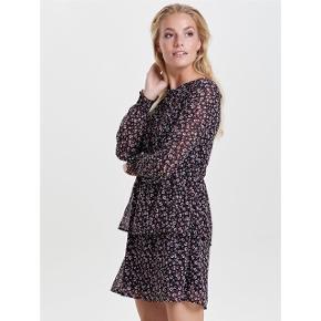 Sælger denne fine blomstret kjole fra Only. Har en rigtig god pasform.  Mørkeblå bund og blomsterne er mørke pink, ikke rød.  Har kun været brugt og vasket én enkelt gang.  Kan sendes med DAO via Trendsaleshandel eller mødes og handle i København K :)