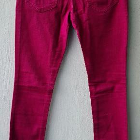 Er par ubrugte jeans fra Valentino Red serie. Farven kan vel bedst beskrives som en bordeaux / hindbær rød nuance. Str. er en 26, skinny med noget strecth.  Se målene for en bedre forståelse at str.  Livet: 35 cm Hofte 40 cm Låret ved skridtsygningen 24 cm Fuld længde 102, heraf 82 fra Skridt til bukseåbningen. Bukseåbningen 14cm