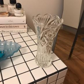 Smuk glasvase af ukendt mærke.   Kan hentes i Ørestad Syd/Amager. Tjek mine andre annoncer da jeg sælger ud 🌸