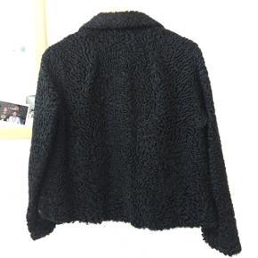 Flot astrakhan pels som kort jakke med krave. Har desværre hul under armene, ses ikke når man har den på, men kan lappes  🌹🌹🌹🌹🌹🌹🌹