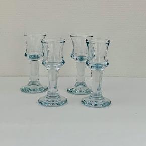 """Et klassisk frokostbord dækkes også med snapseglas. Snapseglasset """"Skibsdreng"""" rummer 3 cl og kan med fordel sættes i fryseren i kort tid inden, du serverer en frostet, iskold snaps til frokosten Skibsglasset fra 1971 er en af Holmegaards mest genkendelige klassikere. Det håndrette glas med den svungne form er robust og populært til brug hver eneste dag – og måske særligt når vi dækker op til en favorit med det klassiske, danske frokostbord med lune retter og kolde øl og snaps. Her sælges 4 stk. Højde: 11,5 cm Volumen: 3 cl Kan gå i opvaskemaskine"""