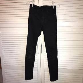 De perfekte basic sorte skinny jeans fra Monki. Brugte, men i god stand! Str. 25 / xs (ret strækbare) Byd endelig og spørg efter flere billede : D