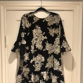 Fin blomstret kjole! Brugt få gange i sommers.