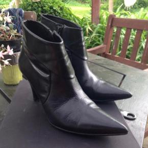 Sælges for min mor (Belinda Sørensen, hun er også aktiv på denne app)  Super lækre billi bi støvler brugt få gange, lidt slidt på hæl  Np: 1299kr