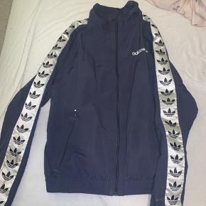 """Adidas - tynd jakke  Er næsten sikker på, at de viste """"skrammer"""" kan komme af ved vask eller andre metoder 😊 Ny pris var omkring 600kr  Byd gerne :)"""