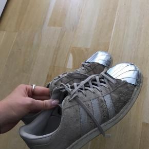 Sælger mine Adidas superstar med sølv kant. Brugt i en længere periode. Men en rengøring er de fine igen. Sælges billigt