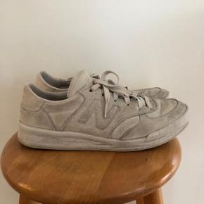 Sneakers fra new balance. De er slidte og trænger til en rens af ruskindet. Der er begyndende slidtage i hælen. Derfor den lave pris.