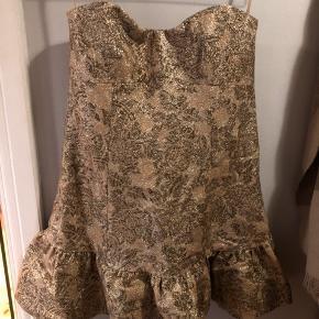 Sælger min smukke d&g kjole Den er str 44IT og svarer til en 40/42  Kjolen som set på runway og Lindsay Lohan  Der er en syning der er gået op i kanten, indvendig, det kan nemt sys